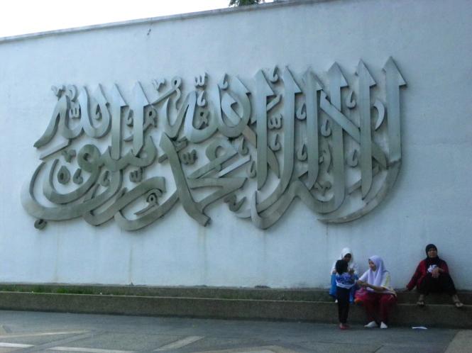 Mujeres esperando en la mezquita nacional de Malasia. Kuala Lumpur.