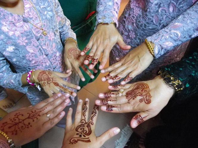 Tatuajes de henna para celebrar el fin del Ramadán. Malasia.