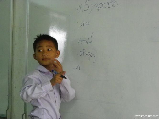 Niño sordo en clase. Vientiane