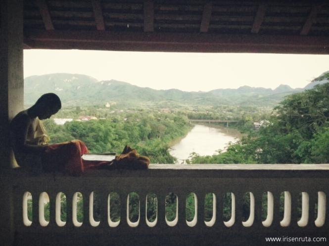 Monje estudiando en el monte Phou Si. Luang Prabang