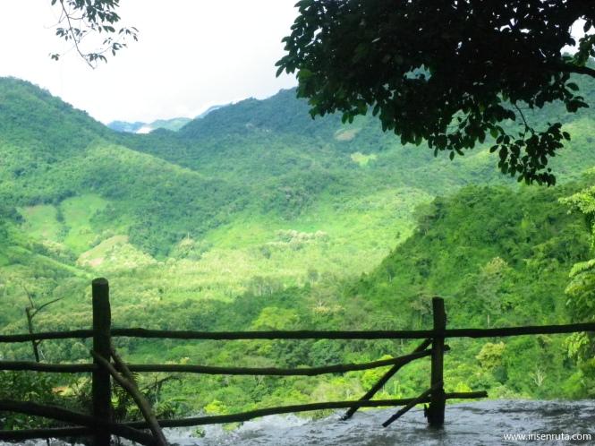 Vista desde lo alto de la cascada Kuang Si