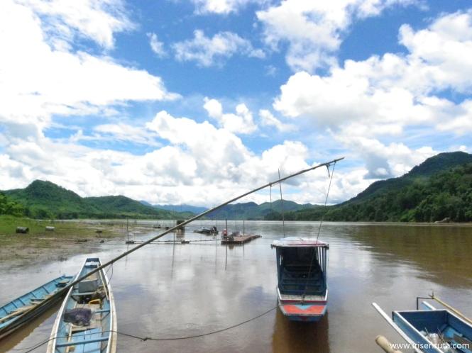 A punto de tomar la barca para ir a la cueva Pak Ou. Luang Prabang