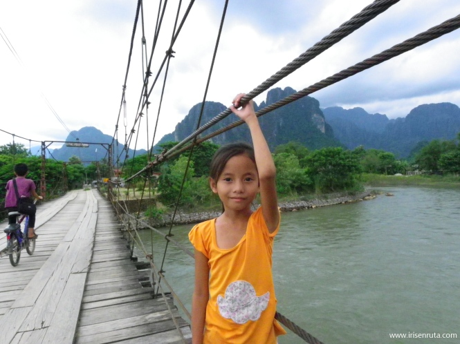 Niña en un puente de Vang Vieng