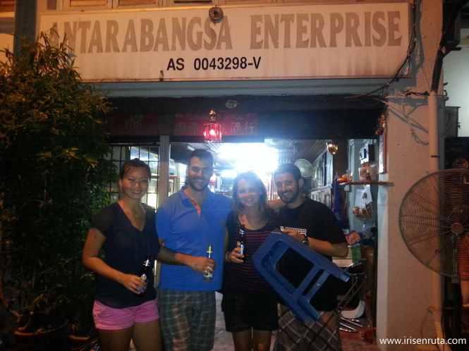 Con Jose, Rosaline y Pol en el lugar de la cerveza barata.