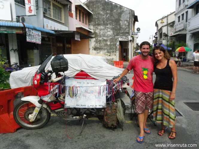 Con Pol y su Africa Twin vendiendo pulseras